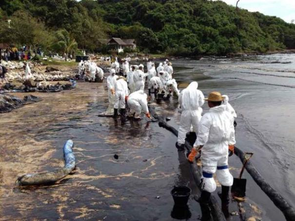 Rescue workers, volunteers and PTT officials try to clear oil spill at Phrao Beach