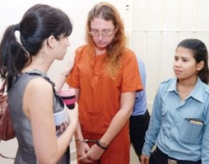 Australian Yoshe Ann Taylor (centre) speaks with an Australian Embassy official (left) at Phnom Penh Municipal Court yesterday