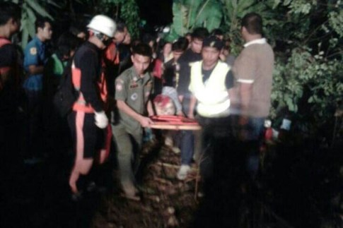 Rescue workers bringvictims of the bus crash out of the ravine in Phrae province early Friday morning. (Photo courtesy of FM.91 Traffic Pro)