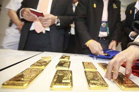 Police seized 40 bars of gold, weighing about 5.2kg, and three lumps of unpolished jade