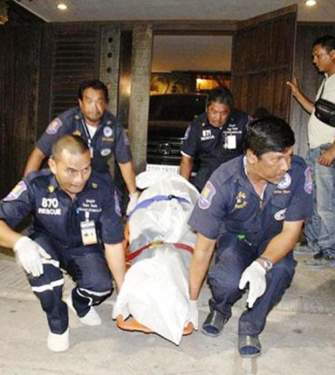 Rescue workers take away the body of a 25-year-old South Korean man found beaten to death, allegedly by a mafia gang from his country, at a resort in Chon Buri's Bang Lamung district. (Photo by Chaiyot Phupattanapong)