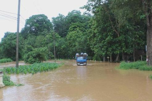 A truck moves cautiously along a flooded road in Chiang Saen district of Chiang Rai - Photo from Ruamduay Chuaykan