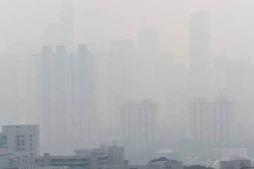 The Singapore skyline is hardly visible Friday due to haze. Smog and a strong acrid smell blanketed Singapore as smoke from forest fires in Indonesia blew into the city-state.   AFP-JIJI