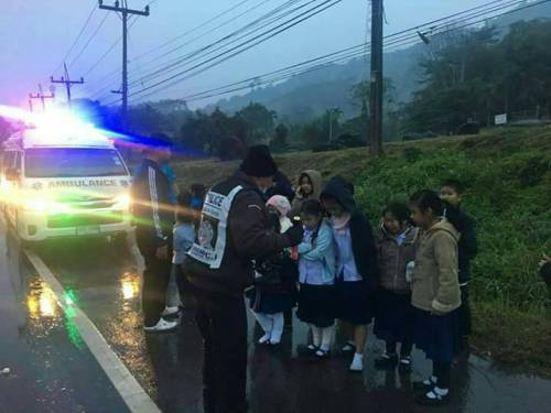 19 Students Injured after Mini Bus Overturns at High Speed in Mae Chan Chiang Rai