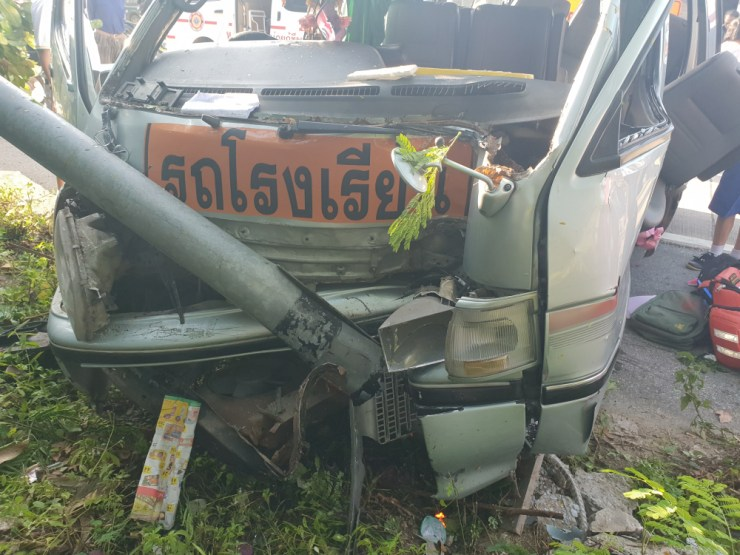 School Bus Crashes into Power Pole, Injuring 18 Students in Northern Thailand