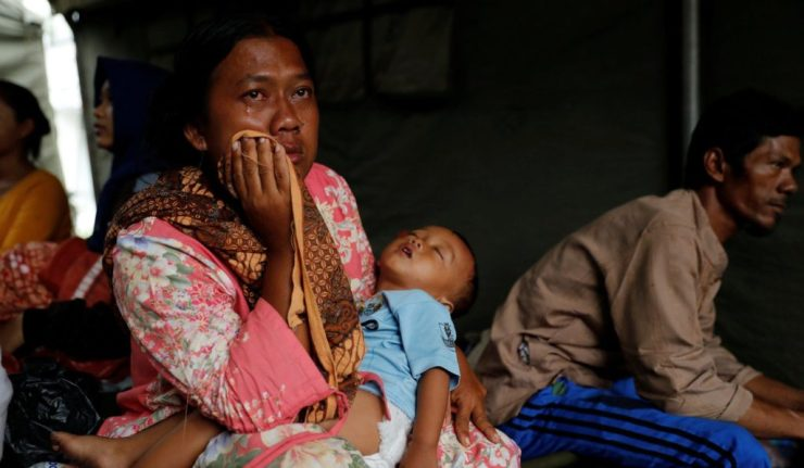Indonesians Cram into Shelters, Sick and Hungry as Tsunami Death Toll Grows