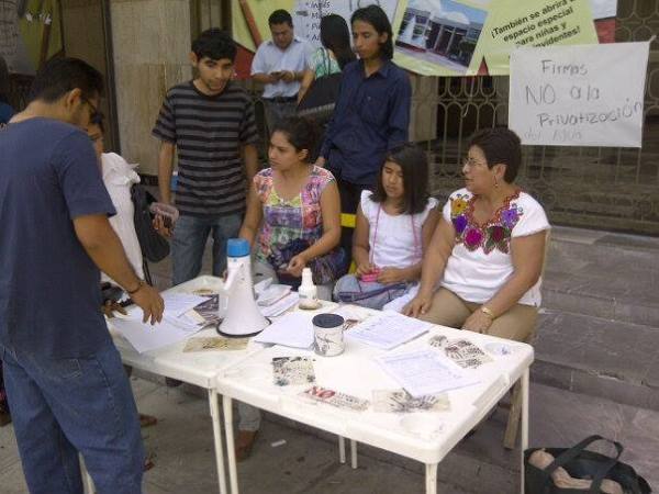 Ciudadan@s colectando firmas en contra de la privatización de Smapa. Foto: Isaín Mandujano/ Chiapas PARALELO.