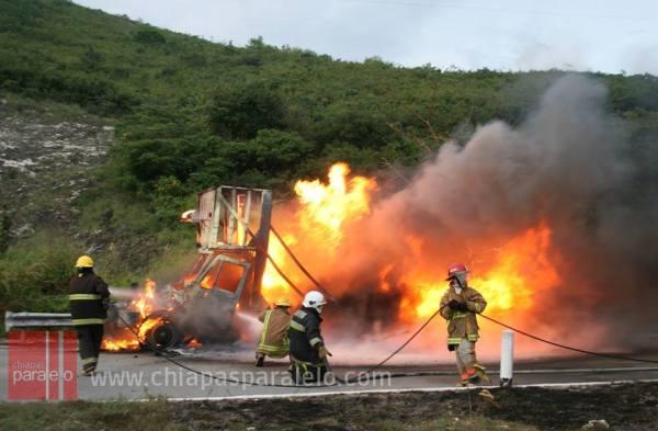 Incendio de un camión de 10 toneladas en el libramiento norte. Foto: Isaín Mandujano/Chiapas PARALELO.