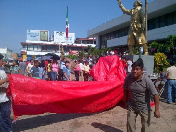 Maestros y maestras instalaron un campamento hoy frente al palacio municipal de Tapachula.