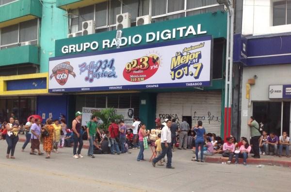 Estudiantes normalistas tomaron el edificio Valanci, sede de un grupo de radiodifusoras del empresario y diputado federal plurinominal del PRI, Simón Valanci Buzali. Foto: Isaín Mandujano/Chiapas PARALELO