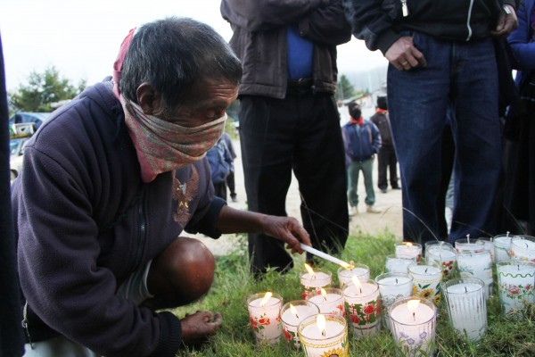 EZLN on roads turns light Ayotzinapa.  Photo: Elizabeth Ruiz