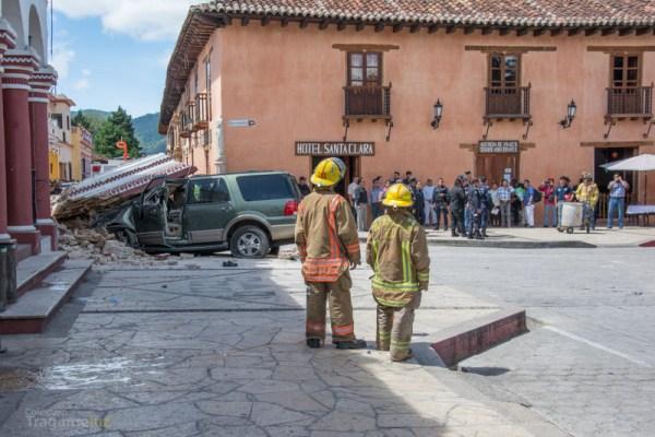 Bomberos, policías y curiosos en el lugar del accidente.