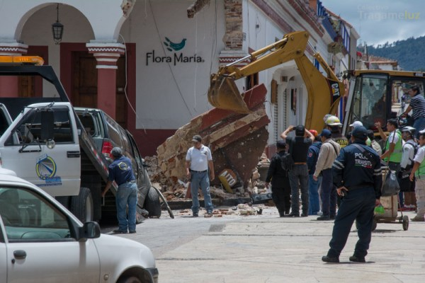 Mientras una grua retira la camioneta accidentada, la maquinaria remueve los escombros del portal oriente.
