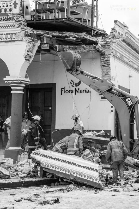 """La maquinaria sostiene la estructura del restaurante """"Sabor a mi"""" mientras el personal de bomberos y protección civil limpia los escombros."""
