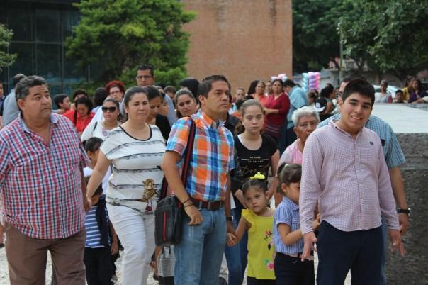 Largas filas de personas para ingresar al Teatro de la Ciudad. Foto: Andrés Domínguez