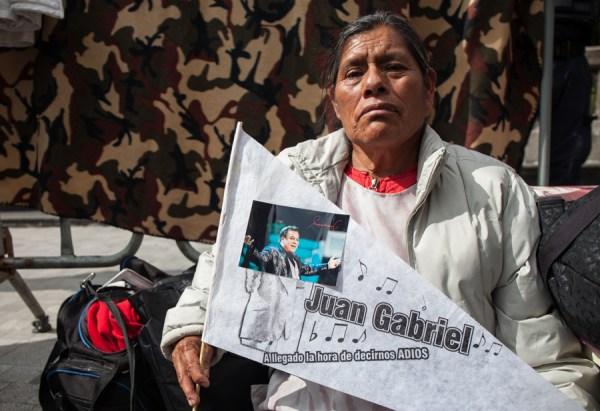 María Hernández vino desde Cuatitlán Izcalli, Estado de México, desde ayer (domingo) a la Alameda Central para el Homenaje a Juan Gabriel en Bellas Artes   CIMACFoto: César Martínez López