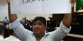 Con una pancarta el reportero llegó a la sesión del Congreso del Estado. Foto: Ainer Marroquin.