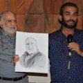 Dentro de la presentación le fue entregado al poeta un retrato. Foto: Laura Alemán