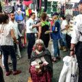 Si le das más poder al poder Una mujer indígena está sentada dando la espalda al candidato a la presidencia municipal Luis Bernardo Nava en Querétaro, Qro Autora: Miriam Janeth Martínez Meza