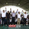 Rutilio Escandón, gobernador electo de Chiapas, con Manuel de Jesús Carpio Mayorga, presidente de Amatán.