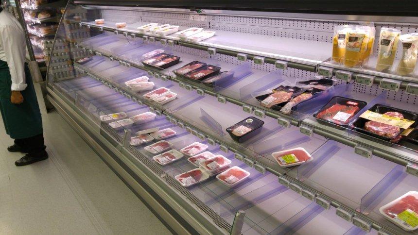 rafturi aproape goale la carne ...