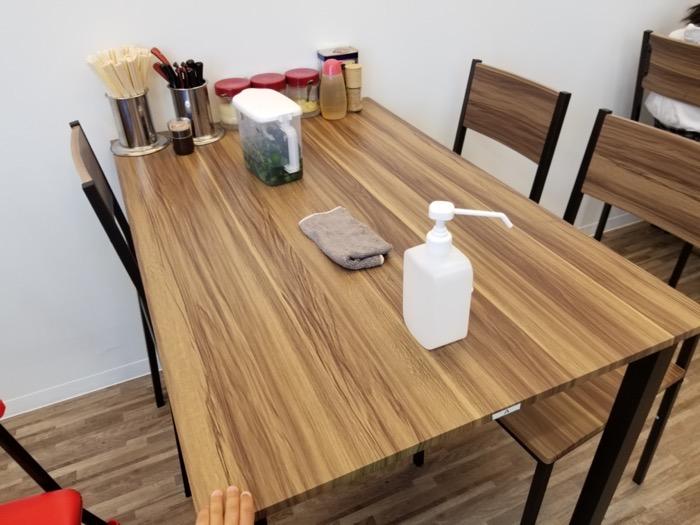 友希家のテーブル席