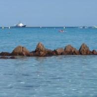 Des rochers au milieu de l'eau