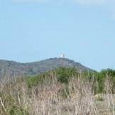 Au loin on aperçoit une autre tour, certainement la tour d'Orchinu