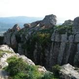 Un mini canyon entre la montagne et le rocher.