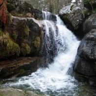 Une cascade où je m'étais pris en photo cet été alors qu'elle n'était qu'un filet...