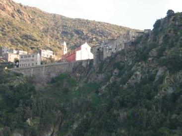 Les maisons sont au bord de la falaise.
