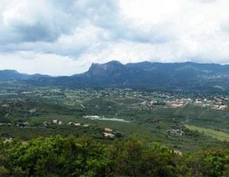 Vue sur les plaines de Peri et de Cuttoli. Au fond s'élève le mont Gozzi.