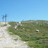 Le sentier passe sous les pilones des téléskis.