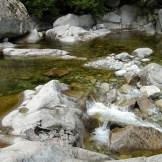 Le sentier suis la rivière tout le long du parcours.