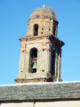 On aperçoit le clocher depuis la piste