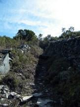 Le sentier s'enfile entre ces pierres