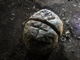 À l'intérieur une pierre sculptée