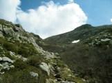Le chemin continue dans ce goulet et mène au col de Vetta puis au lac de Bracca
