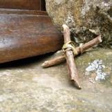 Des petites croix sont déposées devant la chapelle