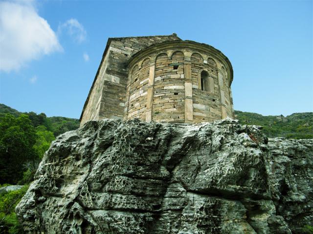 La chapelle est posée sur un promontoire rocheux