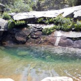 Notre piscine pour la journée, bordée de fleurs... Le luxe!