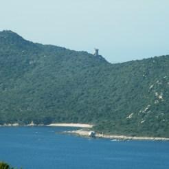 On aperçoit la tour de Capu Muru