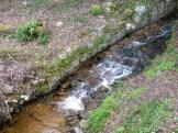La rivière qui descend du barrage