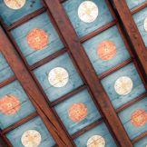 Le plafond d'une estrade