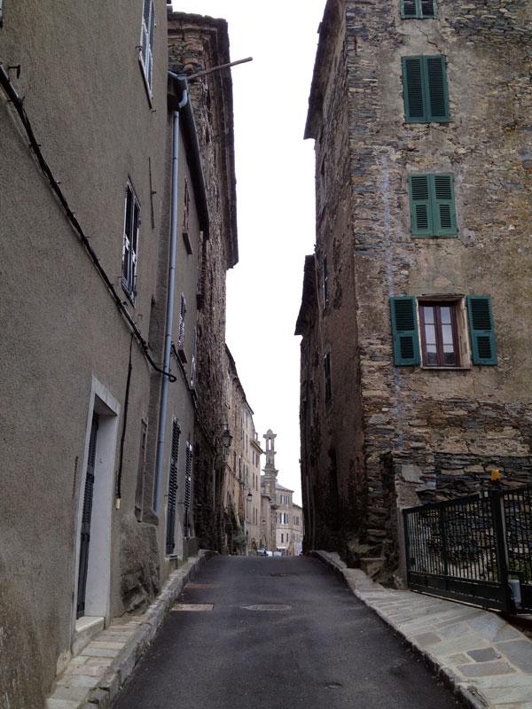 Dans une ruelle de Penta di Casinca