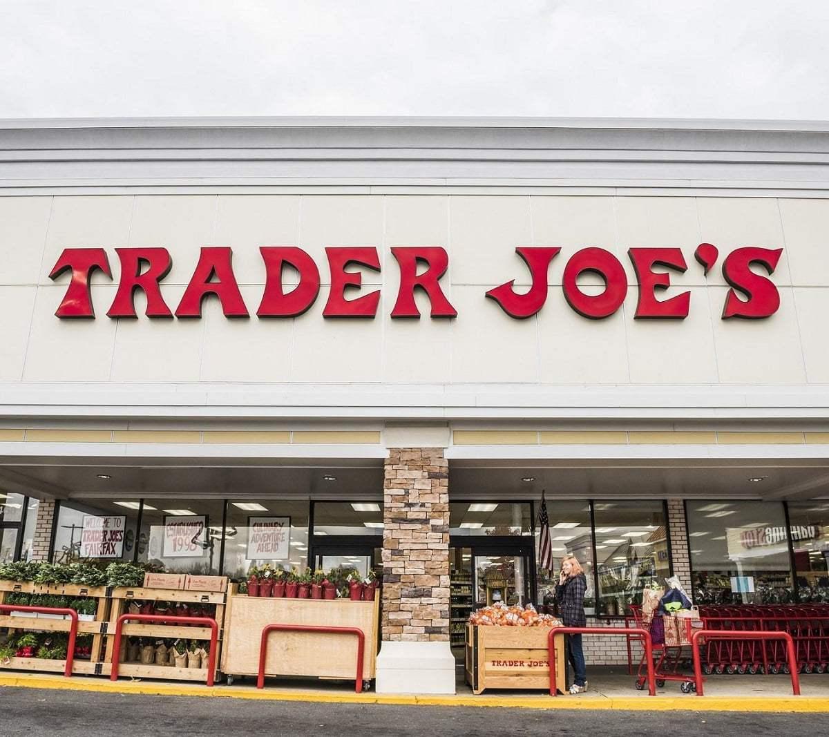 شركة «Trader Joe's» تعفي المتسوقين من ارتداء الأقنعة بعد إصدار إرشادات الأقنعة الجديدة