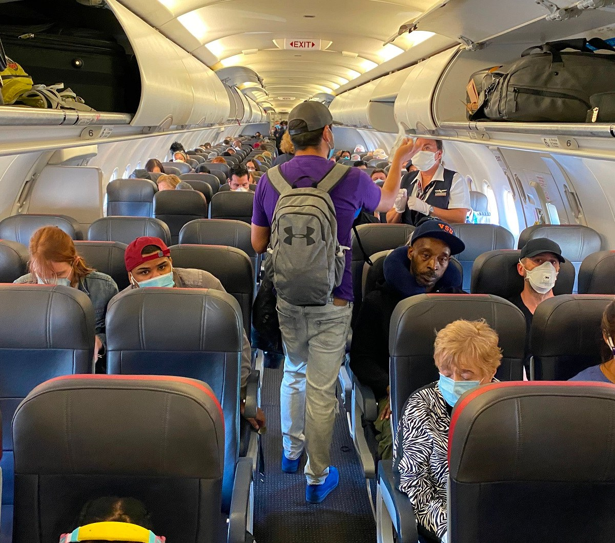 إدارة أمن النقل تمدد متطلبات القناع لراكبي الطائرات والحافلات والقطارات حتى منتصف سبتمبر