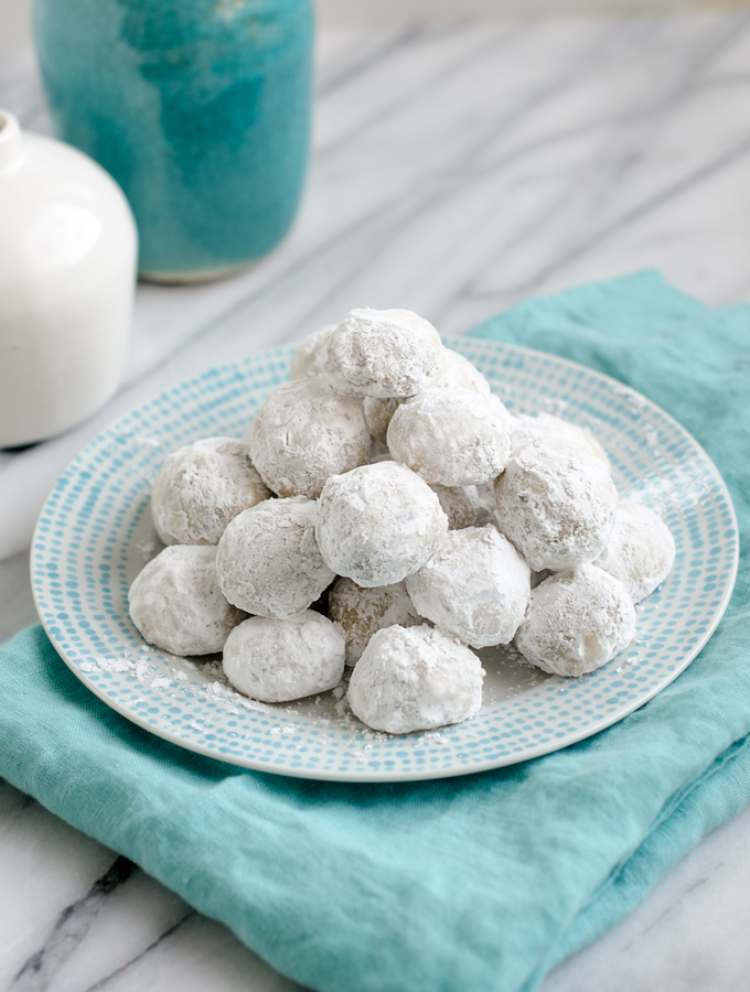 This is a fun one to do with kids! Snowball Cookies (Russian Tea Cakes, Mexican Wedding Cakes) | www.chicandsugar.com