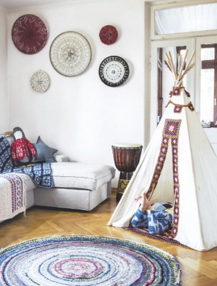 Hier leben und häkeln drei Generationen einer polnischen Familie in Warschau unter einem Dach. Kuscheldecken und Minigemüse sind selbst gemacht. Und auch der an Missoni erinnernde Teppich besteht aus gehäkelten Resten alter T-Shirts.
