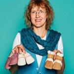 """Iris Mesenbrink, Geschäftsführung von Pantolinos, mit Krabbelschuhen und """"Vegalinos"""" Korkboots"""